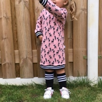 Stoere roze sweaterjurk met hertjes en Cuff boorden