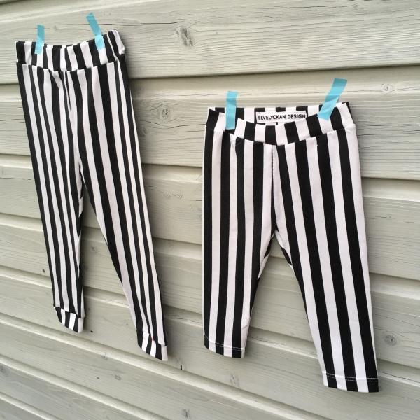 Twinning in hippe leggings met verticale strepen
